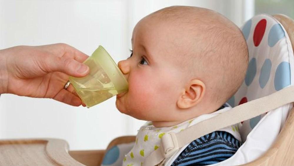 Khi trẻ sơ sinh bị tiêu chảy sủi bọt, mẹ phải bù đủ nước cho con