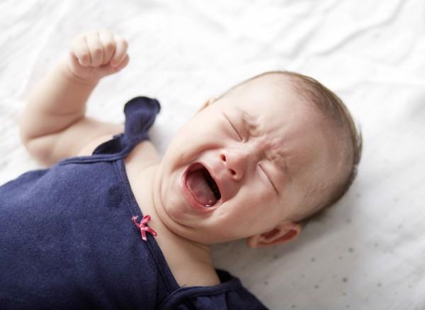 Không để bé đi ngủ khi đói hoặc quá no
